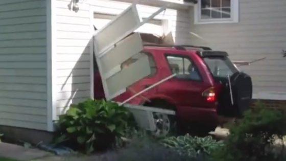 Hombre de 91 años cumple su sueño: estrellar un coche contra un garaje