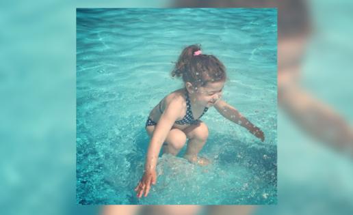 ¿La niña está debajo del agua o está saltando?