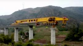 La descomunal máquina que construye puentes en China