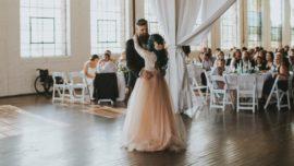 Una novia en silla de ruedas cumple su sueño de caminar y bailar durante su boda