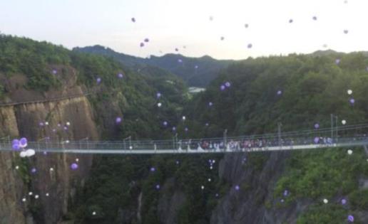 Una pareja se casa colgada a 180 metros de altura