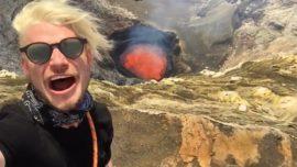Jóvenes se graban en un volcán a punto de entrar en erupción