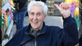 Un anciano cumple 105 años y lo celebra subiéndose en una montaña rusa