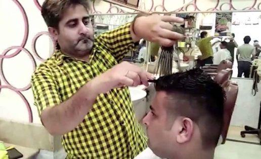 El peluquero que corta el pelo usando 15 tijeras a la vez