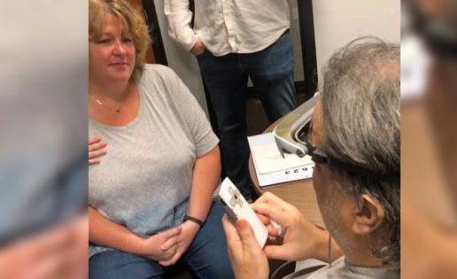 El emotivo momento en que un hombre ciego ve a su familia después de 13 años