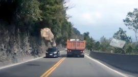Un conductor graba cómo cae una roca a escasos centimetros de su coche