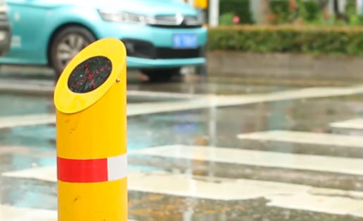 Crean un sistema que echa agua a peatones que cruzan el semáforo en rojo