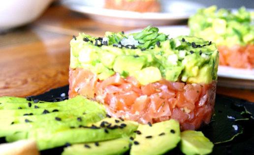 Tartar de salmón, aguacate y semillas de amapola