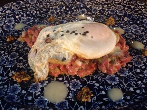 Steak tartar con huevo