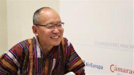 Dasho Karma Ura: «Los gobiernos deben reconocer la legítima aspiración de personas y animales de ser felices»