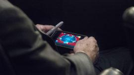 Pillan a McCain jugando al póquer mientras se debatía el ataque a Siria