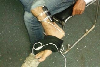 Pillan a un tramposo con dos móviles pegados a las piernas
