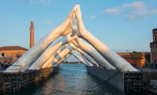 Las manos gigantes de Lorenzo Quinn
