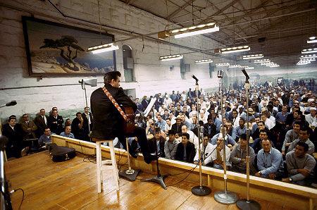 El largo velo negro en la tumba de Johnny Cash