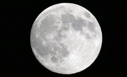 Encuentran agua en el ecuador de la Luna