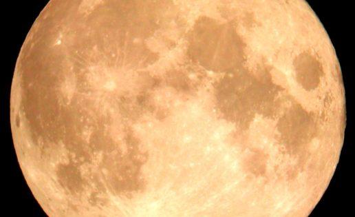 ¿De verdad afecta la Luna llena a los humanos?