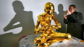 Construyen una estatua de oro sobre la momia de un monje budista