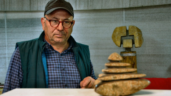 Un artista que hace hablar a las piedras