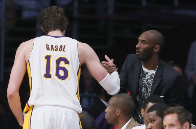 Los Angeles Lakers Pau Gasol of Spain shakes hands with injured guard Kobe Bryant as he leaves the game during Game 4 of their NBA Western Conference Quarterfinals basketball playoff series loss to the San Antonio Spurs in Los Angeles -02DR2164.jpg-
