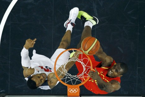 DOCU_GRUPO Spain's Ibaka goes in for a lay-up over Iguodala of the U.S. during their men's gold medal  basketball match at the North Greenwich Arena in London during the London 2012 Olympic Games