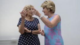 Carmena, llorando, prueba la medicina que le dio a Esperanza Aguirre