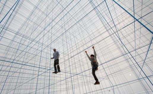 Un cubo de tres pisos hecho con cuerdas: el hinchable más extraordinario