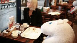 Cafeterías «anti soledad»: ponga un peluche en su mesa