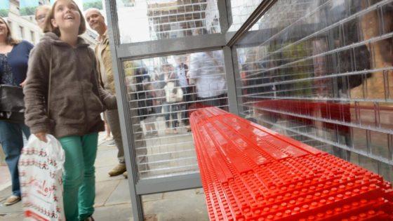 Una parada de autobús en Londres hecha con 100.000 bloques de Lego