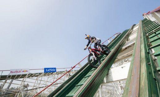 """Un """"loco"""" del trial recorre una montaña rusa en moto"""