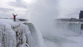 Escalan por primera vez las cataratas heladas del Niágara