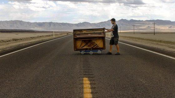 Este hombre dejó su trabajo para recorrer el mundo con un piano y su perro