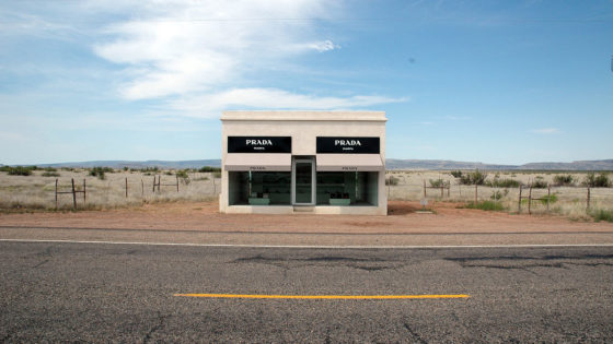 ¿Qué hace una tienda de Prada en medio del desierto?