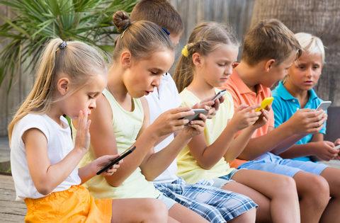Niños enganchados a los móviles
