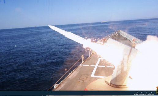 Vídeo: la Armada lanza un misil antiaéreo SM-1 en el golfo de Cádiz
