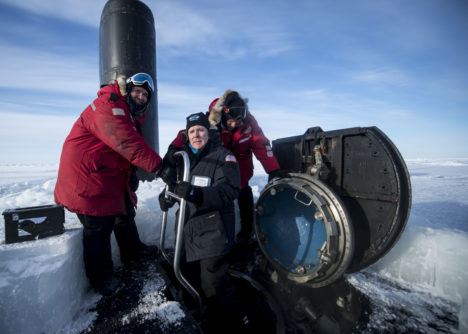 El secretario de la US Navy, Ray Mabus, llega a la base ártica a bordo del submarino Hampton (SSN 757)/US NAVY