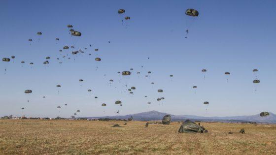Vídeo: el salto de 200 paracaidistas de la Bripac desde 11 helicópteros Chinook
