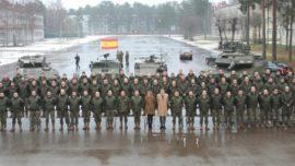 Cospedal comprueba en Letonia el uso del misil contracarro «Spike»… a 200 km. de Rusia