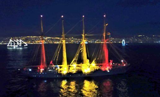 Vídeo: el buque «Juan Sebastián de Elcano» rinde homenaje a la Bandera Nacional