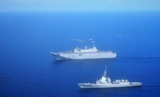 El «Juan Carlos I» se adiestra con cazas franceses Mirage a su paso por el golfo de Adén