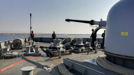 El buque Audaz llega a Lampedusa donde espera para traerse a 15 inmigrantes del Open Arms
