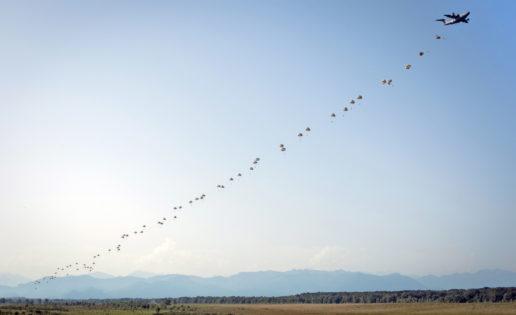 El avión de transporte A400M lanza con éxito a 80 paracaidistas