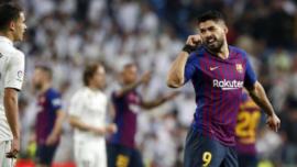 Piqué y Suárez fuerzan sus tarjetas antideportivamente, pero la FEF lo permite