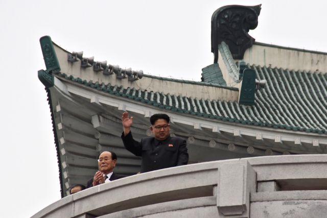 Kim Jong-un, saludando a la multitud durante un desfile en Pyongyang.