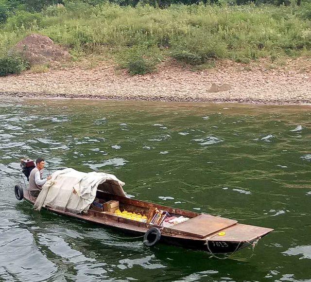 En el río Yalu, los campesinos norcoreanos venden productos locales a los turistas chinos con la connivencia de los soldados de ambas partes.
