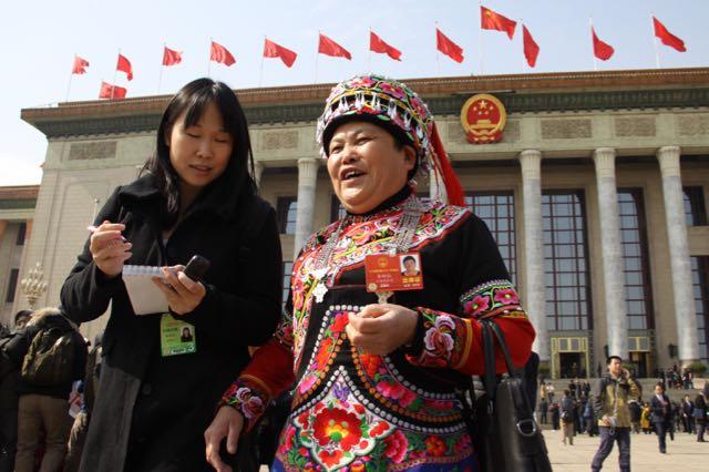 """Los periodistas, a la """"caza"""" de los diputados, algunos ataviados con los trajes tradicionales de sus minorías étnicas."""