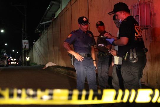 El equipo de investigación de la Policía de Manila (SOC) inspecciona el escenario de un crimen, donde un drogadicto ha sido abatido por los agentes.