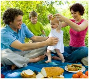 Un picnic en familia como alternativa para disfrutar del puente