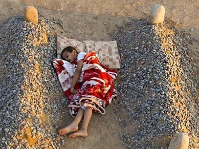 Dormido entre las tumbas de sus padres