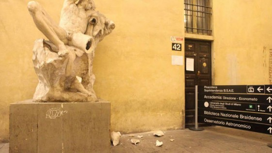 Se hace un «selfie» subido a una escultura y le rompe la pierna