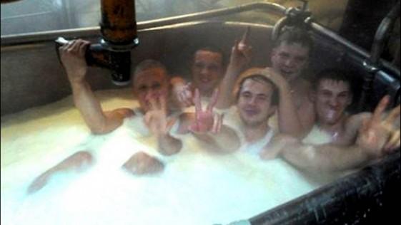 Se bañan desnudos en la leche usada para el queso: la empresa cierra